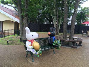 ベンチに座るリサとガスパール