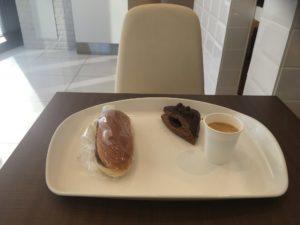 ロイズのパンとセルフサービスのコーヒー
