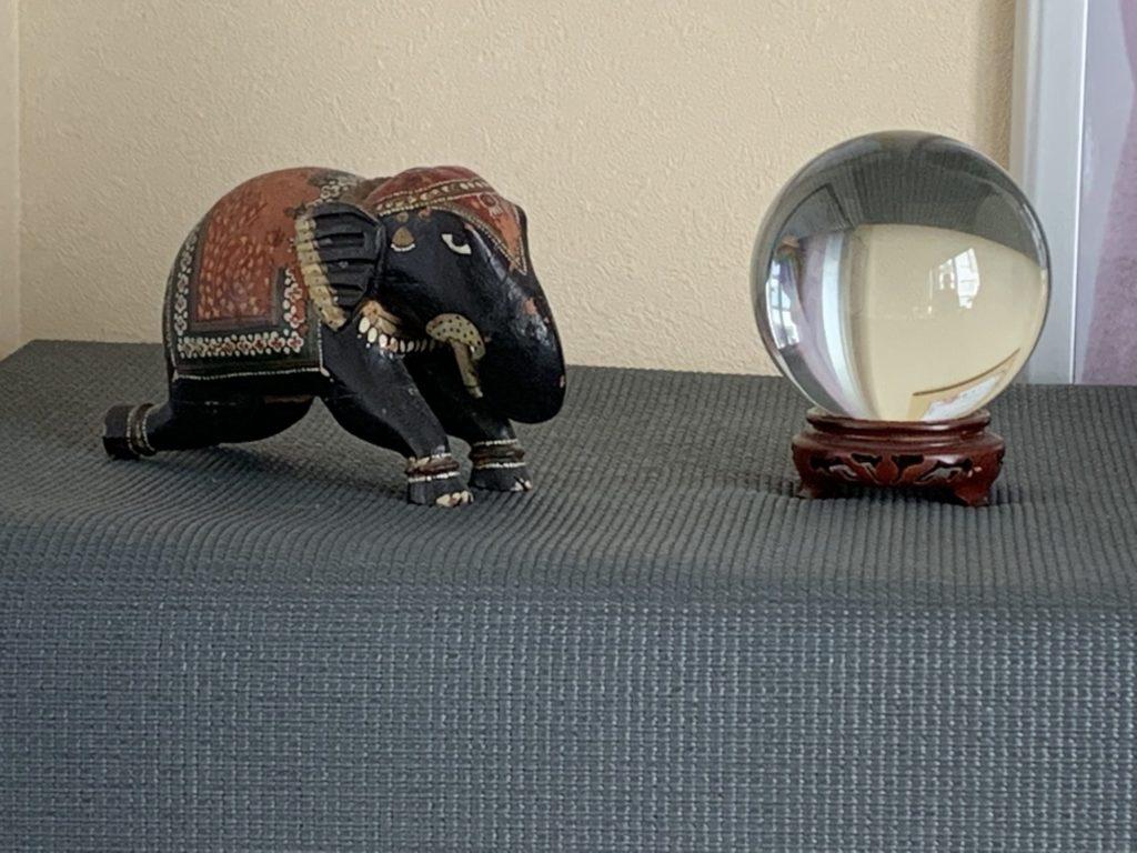 ヨガスタジオに置いてある像の置物
